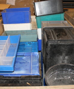 Brugte assorterede plastkasser forskellige farver
