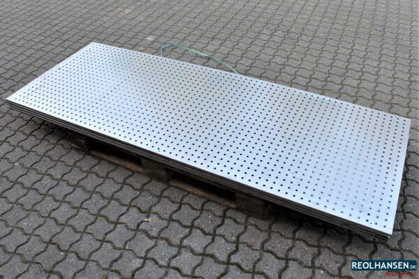 perforeret stålplade med firkantede huller
